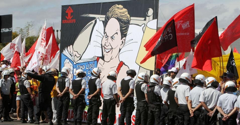 18.jul.2012 - Policiais formam cordão de isolamento durante manifestação organizada pela CUT (Central Única dos Trabalhadores), na praça dos Três Poderes, em Brasília, para pressionar o governo federal a conceder reajustes ao funcionalismo público