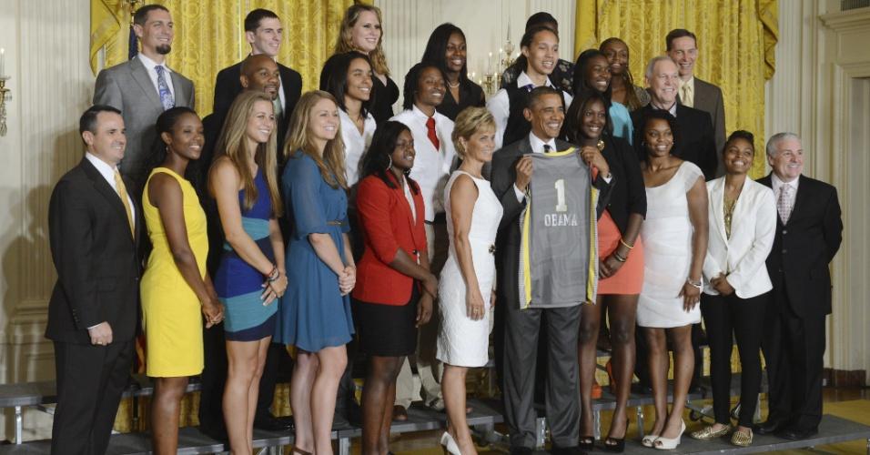 18.jul.2012 - Presidente dos Estados Unidos, Barack Obama, homenageia jogadoras do Bears Baylor, a equipa vencedora do campeonato universitário de basquetebol feminino, e ganha camiseta personalizada durante evento realizado no Salão Leste da Casa Branca, em Washington. Obama, que disputa a reeleição, amplia vantagem sobre seu concorrente entre hispânicos
