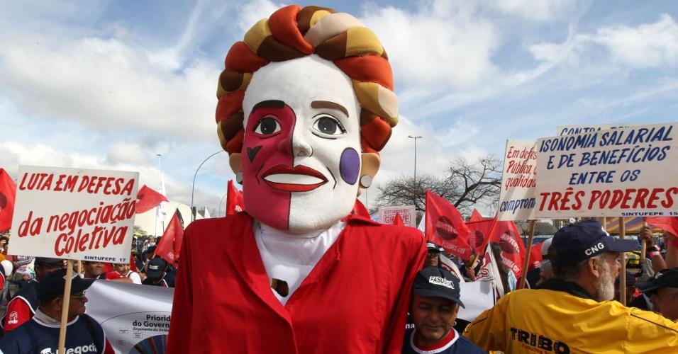 18.jul.2012 - Servidores públicos federais exibem boneco de presidente Dilma Rousseff durante manifestação organizada pela CUT (Central Única dos Trabalhadores), na praça dos Três Poderes, em Brasília, para pressionar o governo federal a conceder reajustes ao funcionalismo público