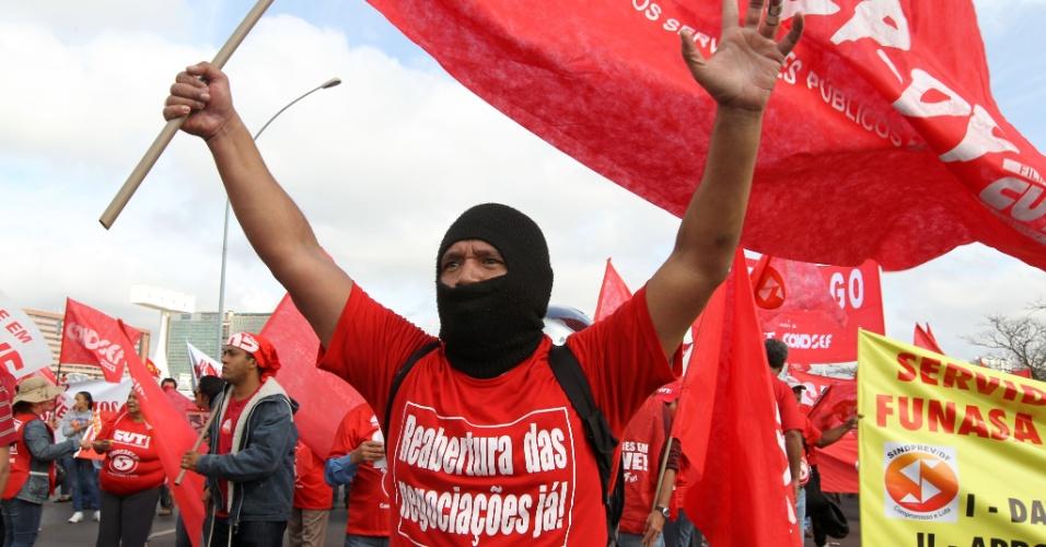 18.jul.2012 - Manifestante pede a reabertura das negociações durante Marcha dos Servidores Públicos Federais realizada nesta quarta-feira, em Brasília. A categoria reivindica reajustes salariais ao funcionalismo público