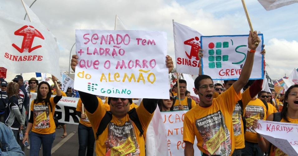18.jul.2012 - Manifestantes exibem cartazes durante Marcha dos Servidores Públicos Federais realizada nesta quarta-feira, em Brasília. A categoria reivindica reajustes salariais ao funcionalismo público