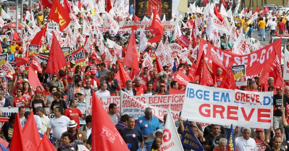 18.jul.2012 - Servidores públicos federais em greve fazem manifestação organizada pela CUT (Central Única dos Trabalhadores), na praça dos Três Poderes, em Brasília, para pressionar o governo federal a conceder reajustes ao funcionalismo público