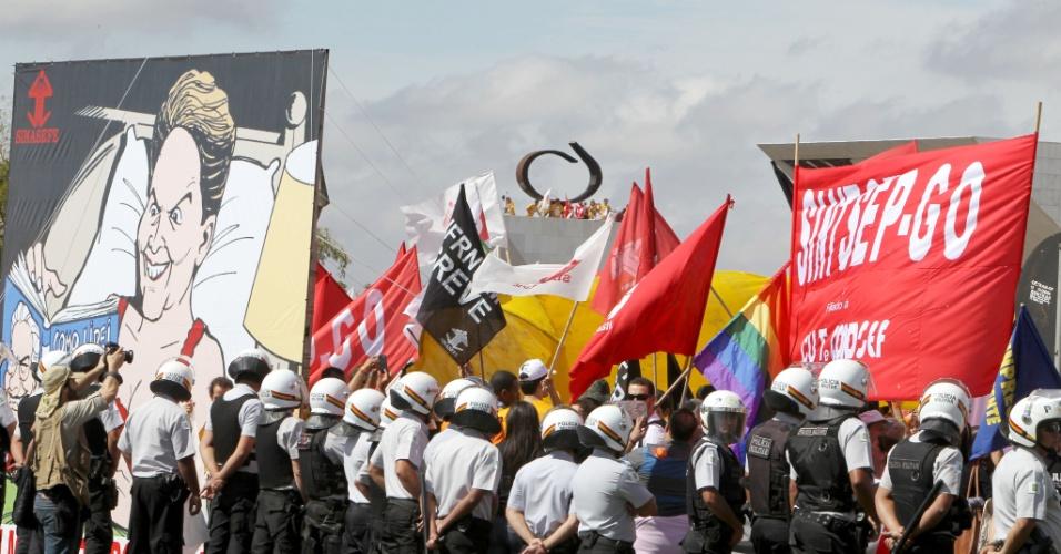 18.jul.2012 - Em greve, servidores públicos federais participam de manifestação organizada pela CUT (Central Única dos Trabalhadores), na praça dos Três Poderes, em Brasília, para pressionar o governo federal a conceder reajustes ao funcionalismo público