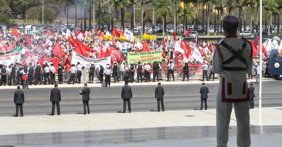 18.jul.2012 - Seguranças da Guarda Nacional observam Marcha dos Servidores Públicos Federais realizada nesta quarta-feira, em Brasília. A categoria reivindica reajustes salariais ao funcionalismo público