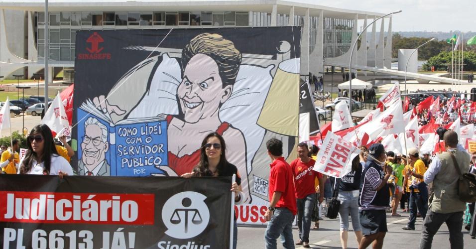 18.jul.2012 - Banner satiriza atuação da presidente Dilma Rousseff durante Marcha dos Servidores Públicos Federais realizada nesta quarta-feira, em Brasília. A categoria reivindica reajustes salariais ao funcionalismo público e entrou em confronto com a polícia