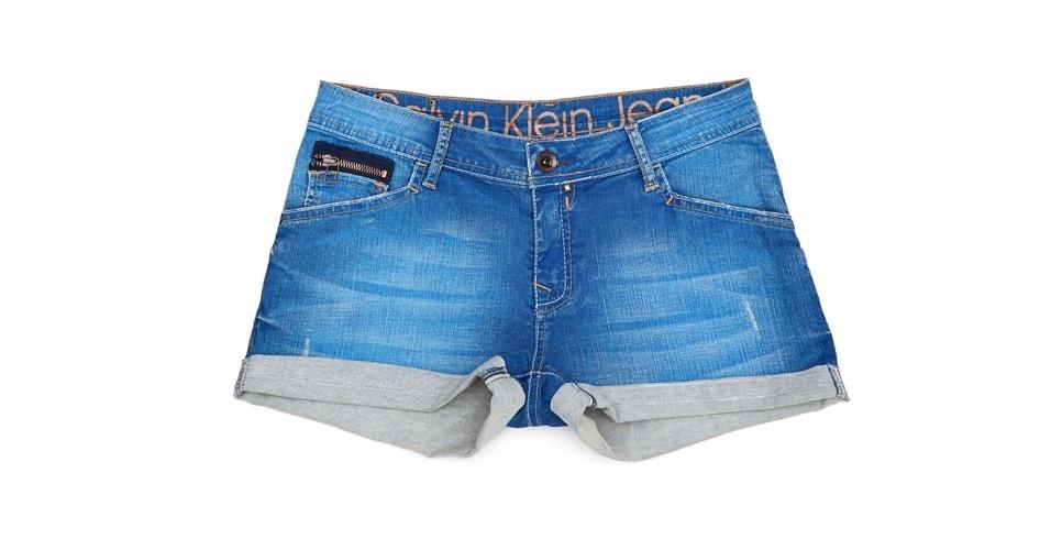 Aposte nos shortinhos jeans para enfrentar o calor do verão brasileiro. Shorts; de R$ 289 por R$ 149, na Calvin Klein Jeans (Tel.: 11 3817-5704). A liquidação da marca vai até o dia 15 de agosto e os descontos chegam a 50%. Preço pesquisado em julho de 2012 e sujeito a alterações