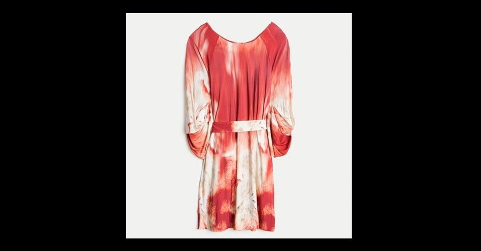 Aproveite as liquidações para comprar vestidos leves e estampados para o verão. Vestido; de R$ 690 por R$ 345, na Daslu (Tel.: 11 3552-3042). A liquidação da marca vai até o dia 31 de julho e os descontos chegam a 50%. Preço pesquisado em julho de 2012 e sujeito a alterações