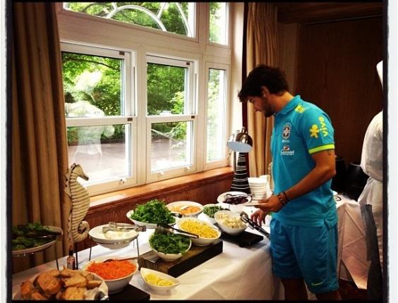 Atacante Alexandre Pato escolhe o que vai comer após um dia de treinos, visando os Jogos Olímpicos; estréia será no dia 26, contra o Egito