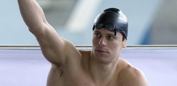 Cesar Cielo descansa após sair da piscina do CT do Crystal Palace nesta quarta-feira (18/07)