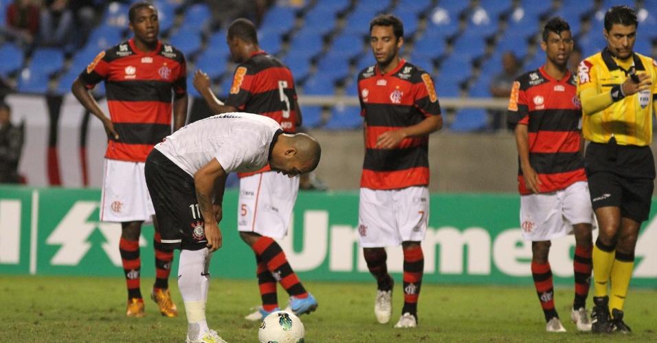 Emerson se prepara para bater pênalti contra o Flamengo; atacante do Corinthians errou a cobrança