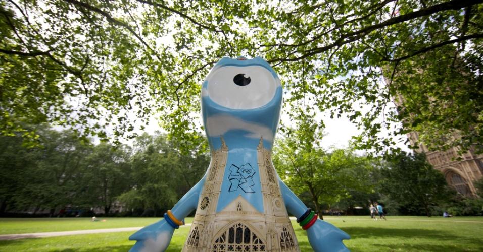 Escultura do mascote olímpico traz o desenho da Abadia de Westminster; ao todo, 83 figuras de Wenlock e Mandeville foram espalhadas por Londres (17/07/2012)