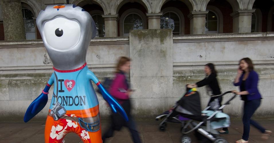 Escultura do mascote olímpico traz o desenho de um turista; ao todo, 83 figuras de Wenlock e Mandeville foram espalhadas por Londres (17/07/2012)