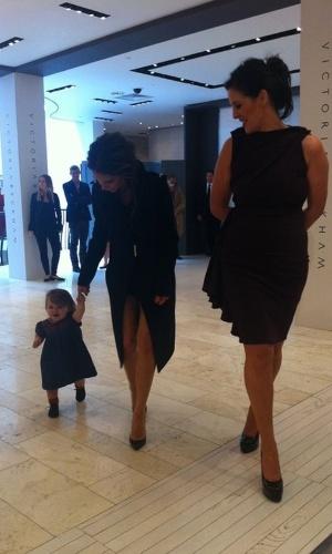 Harper Beckham dá seus primeiros passos com a ajuda da mãe (18/7/12)