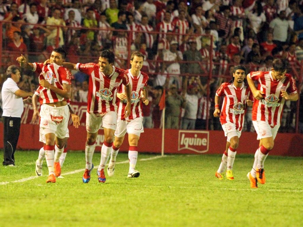 Jogadores do Náutico comemoram o primeiro gol da equipe na vitória sobre a Ponte Preta