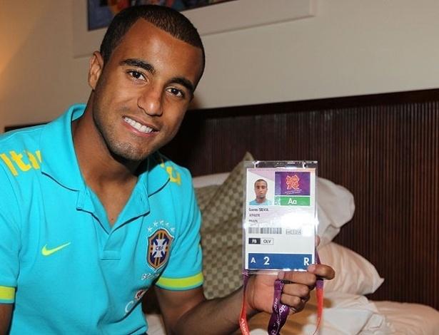 Lucas mostra sua credencial olímpica na concentração da seleção brasileira para os Jogos de Londres-2012