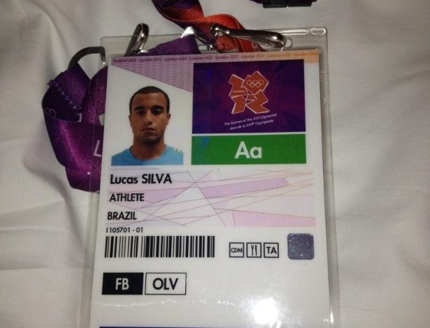Meia da Seleção Lucas tira foto de sua credencial para os Jogos Olímpicos