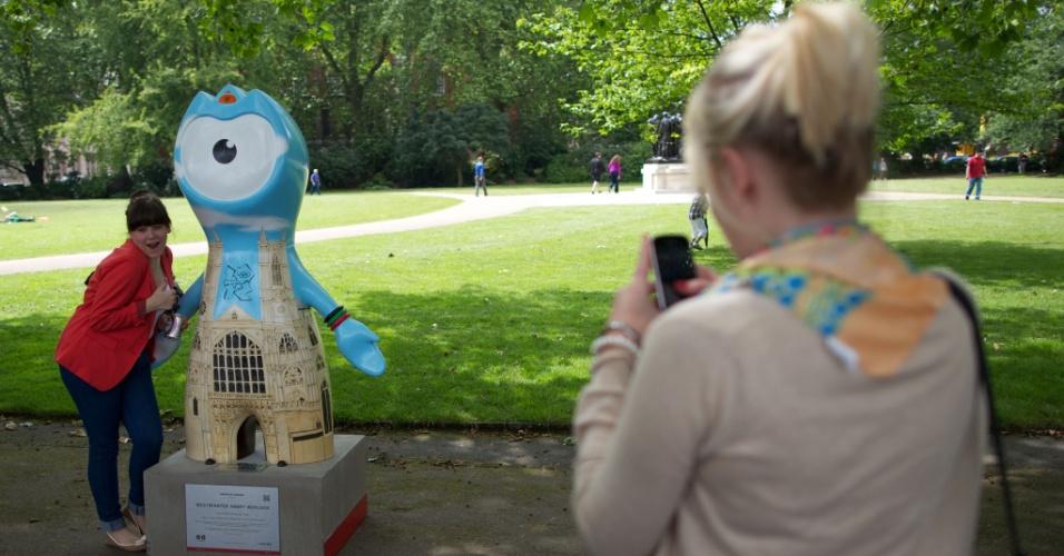 Mulher fotografa uma escultura do mascote Wenlock vestido com uma referência à Abadia de Westminster (17/07/2012)
