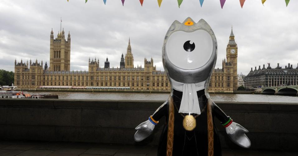 Nesta escultura, Wenlock faz referência aos táxis de Londres (17/07/2012)
