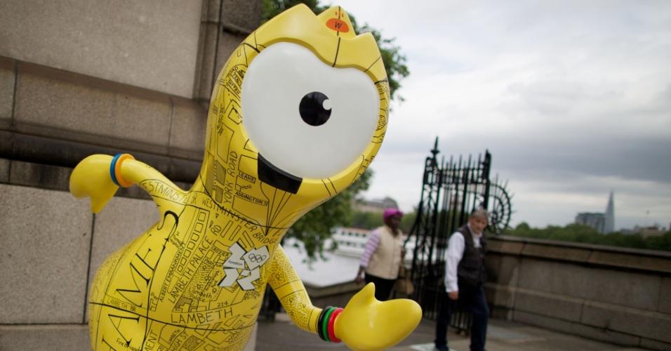Nesta escultura, Wenlock traz o desenho de um mapa de Londres, cidade cortada pelo rio Tâmisa (17/07/2012)