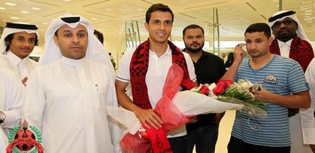 Nilmar, novo jogador do Al Rayyan, é recebido com flores e cachecol em aeroporto do Qatar