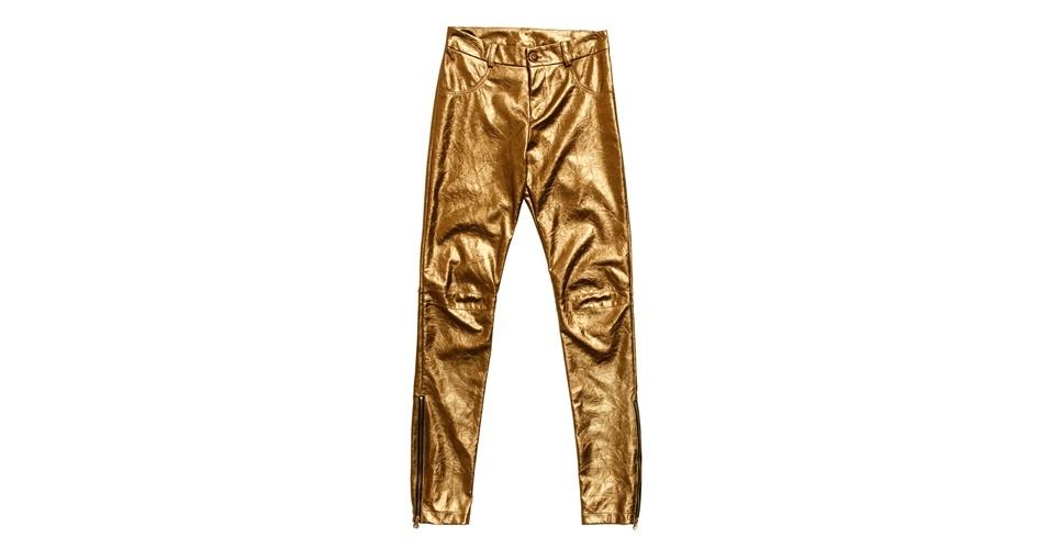 O couro e o dourado são tendências para o verão. Calça; R$ 338 por R$ 169, na Sacada (Tel.: 11 3081-1618). A liquidação da marca vai até o início de agosto e os descontos chegam a 50%. Preço pesquisado em julho de 2012 e sujeito a alterações