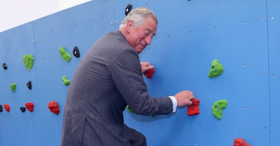 O príncipe Charles, herdeiro do trono britânico, escala uma parede em uma academia em Saint Helier, na ilha de Jersey, no Reino Unido. Ele e a duquesa de Conrwall estão na região como parte das comemorações do Jubileu de Diamante (18/7/12)