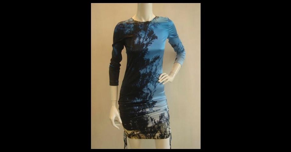 O vestido com estampa digital tem a cara do verão. Vestido; de R$ 5.100 por R$ 3.060, na Roberto Cavalli (Tel.: 11 3088-7657). A liquidação da marca vai até o final do estoque e os descontos chegam a 40%. Preço pesquisado em julho de 2012 e sujeito a alterações
