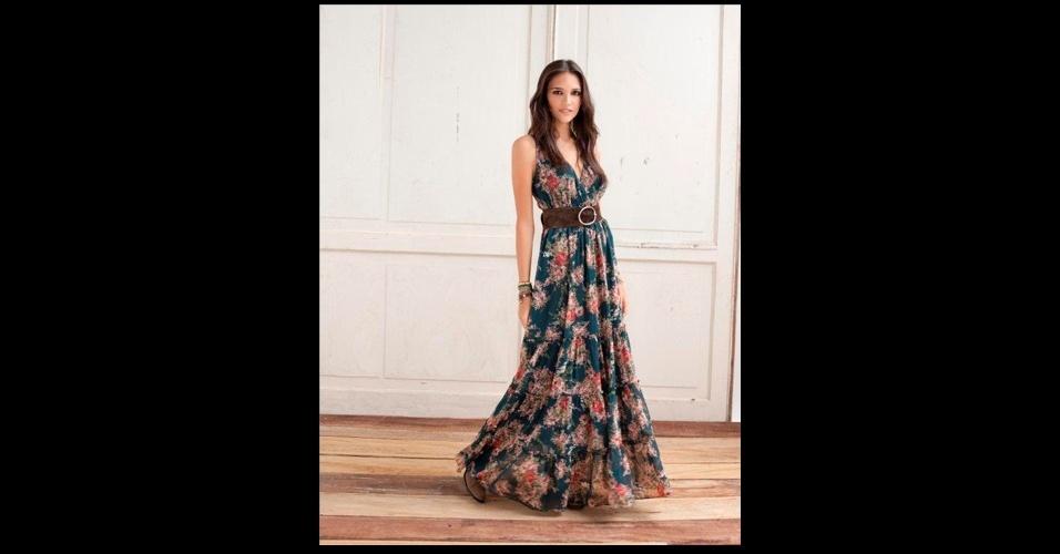 Os vestidos longos florais são a cara do verão. Vestido; de R$ 554 por R$ 277, na Rock Lily (Tel.: 11 3032-9212). A liquidação da marca vai até o final do estoque e os descontos chegam a 50%. Preço pesquisado em julho de 2012 e sujeito a alterações