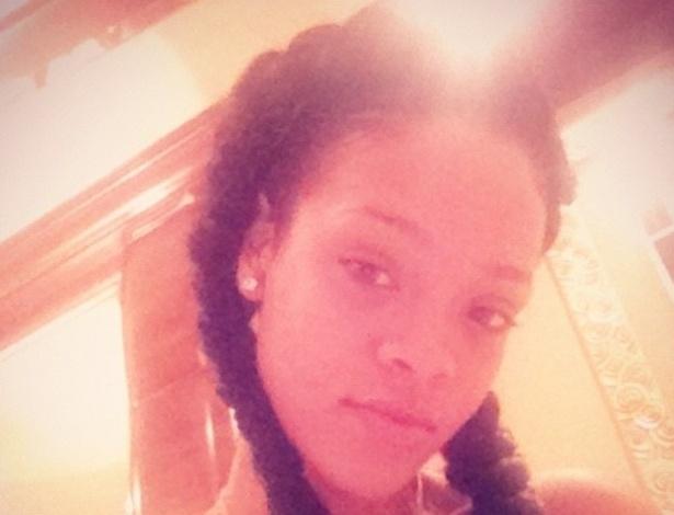 Rihanna aparece com os cabelos trançados (18/7/12)