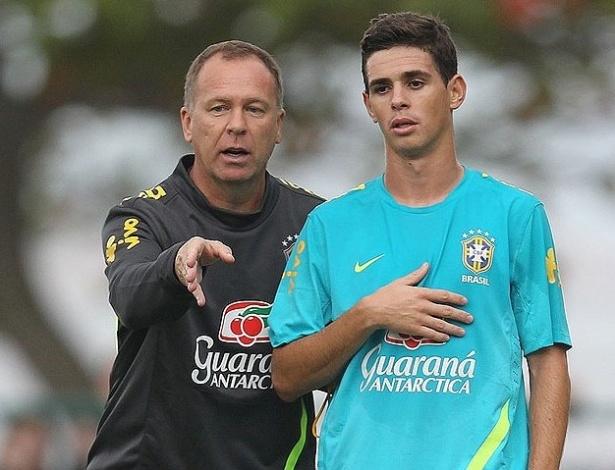 Técnico Mano Menezes orienta Oscar durante treino da seleção brasileira (12/07/2012)
