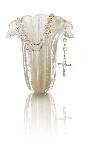 Terco em cristal off-white e cruz filigrana; por R$ 280 (o aluguel) na Avivar Complementos para Noivas (www.avivarnoivas.com.br). Preço consultado em julho de 2012 e sujeito a alterações