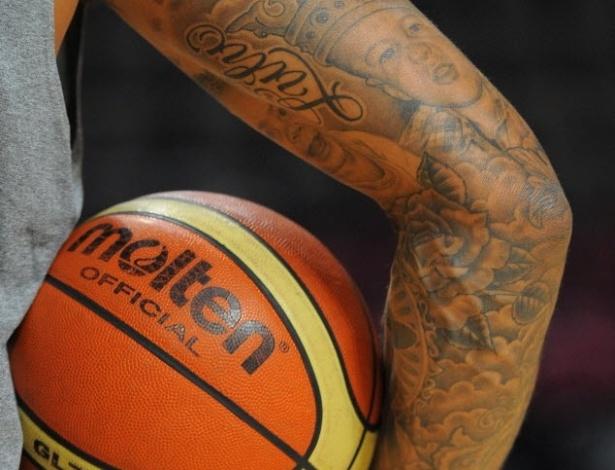 Tyson Chandler, jogador da seleção norte-americana de basquete, exibe tatuagens durante treino para Londres-2012
