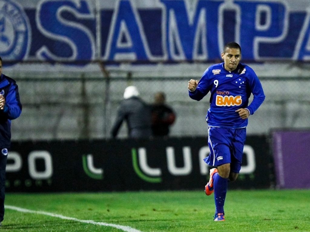Wellington Paulista comemora primeiro gol do Cruzeiro na vitria sobre a Portuguesa, no Canind
