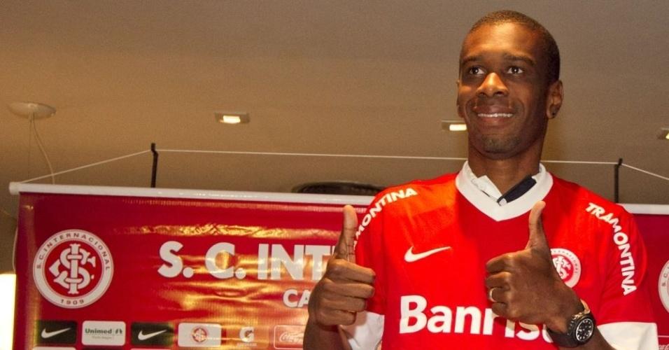 Zagueiro Juan faz sinal de positivo na sua apresentação no Inter (17/07/12)