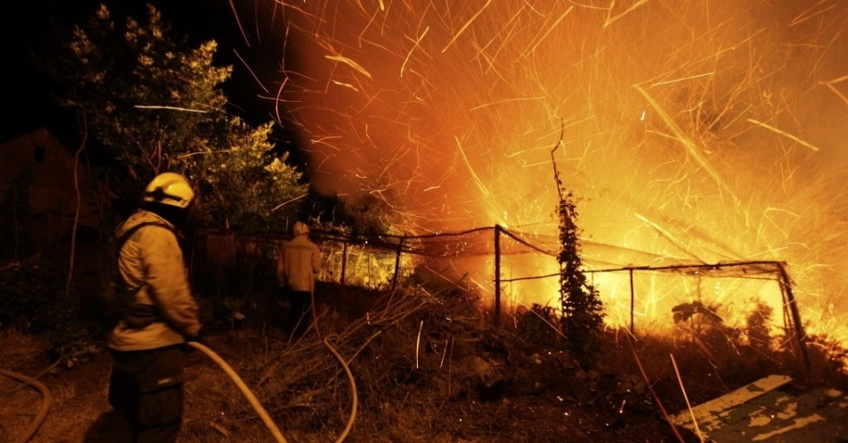 19.jul.2012 - Bombeiros tentam controlar inc&#234;ndio na Ilha da Madeira (Portugal). As altas temperaturas contribu&#237;ram para o aumento da quantidade de inc&#234;ndios no pa&#237;s europeu