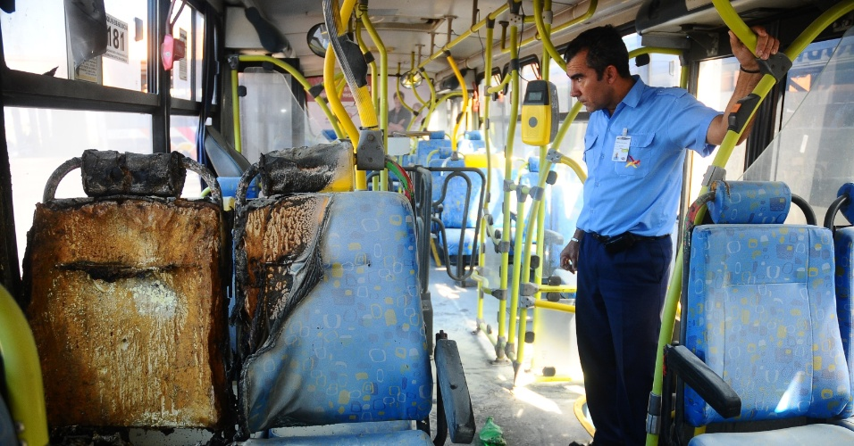  19.jul.2012 - Funcion&#225;rio observa &#244;nibus incendiado no Jardim S&#227;o Jos&#233;, regi&#227;o sul de Campinas, na noite de quarta-feira (18). O suspeito, que estava armado, fez o ataque durante um assalto ao coletivo, na rua Jorge Campos Leite, na entrada de uma favela do bairro. N&#227;o h&#225; informa&#231;&#245;es sobre feridos