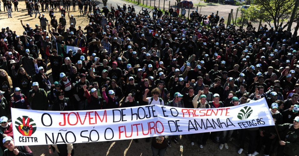 19.jul.2012 - Milhares de jovens trabalhadores rurais se reuniram, nesta quinta-feira (19), no Parque Maur&#237;cio Sirotsky Sobrinho, em Porto Alegre. O grupo reivindica melhores condi&#231;&#245;es no campo para a juventude. Eles v&#234;m de diversas partes do Estado, organizados pela Federa&#231;&#227;o dos Trabalhadores na Agricultura (Fetag)