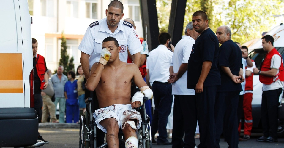 19.jul.2012 - Sobrevivente do atentado &#224; bomba contra turistas israelenses deixa o hospital em Burgas, na Bulg&#225;ria, nesta quinta-feira (19). Sete pessoas morreram e 30 ficaram feridas
