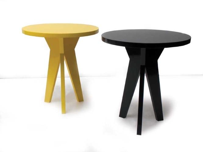 A mesa lateral C45 é produzida em MDF e custa R$ 767 na promoção da Carbono (www.carbonodesign.com.br) válida até o dia 10 de agosto de 2012. O preço sem o desconto é de R$ 1.534