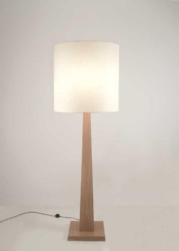 Até o dia 31 de julho de 2012, a luminária Pâmela de R$ 2.070 sai por R$ 1.400 na Bertolucci (www.bertolucci.com.br). O objeto com 190 cm de altura por 53 cm de diâmetro tem coluna de madeira MDF e cúpula de algodão em diversas cores