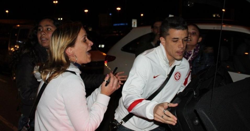 D'Alessandro é cercado por torcedoras do Inter após desembarque em Porto Alegre (19/07/12)