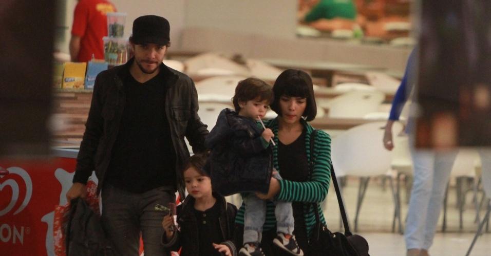 Daniel Oliveira e Vanessa Giácomo passearam com os filhos em um shopping da zona oeste do Rio (19/7/12)