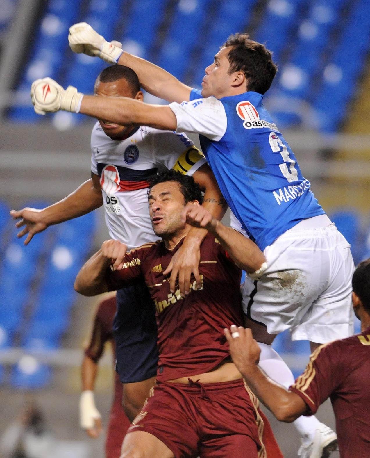 Goleiro Marcelo Lomba, do Bahia, sobe para evitar cabeceio de Fred, do Fluminense