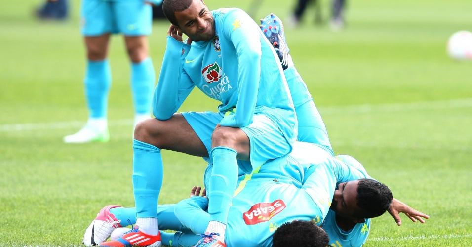 Lucas em momento descontraído com Sandro e Alex Sandro no treino da seleção brasileira desta quinta-feira (19/07/2012)