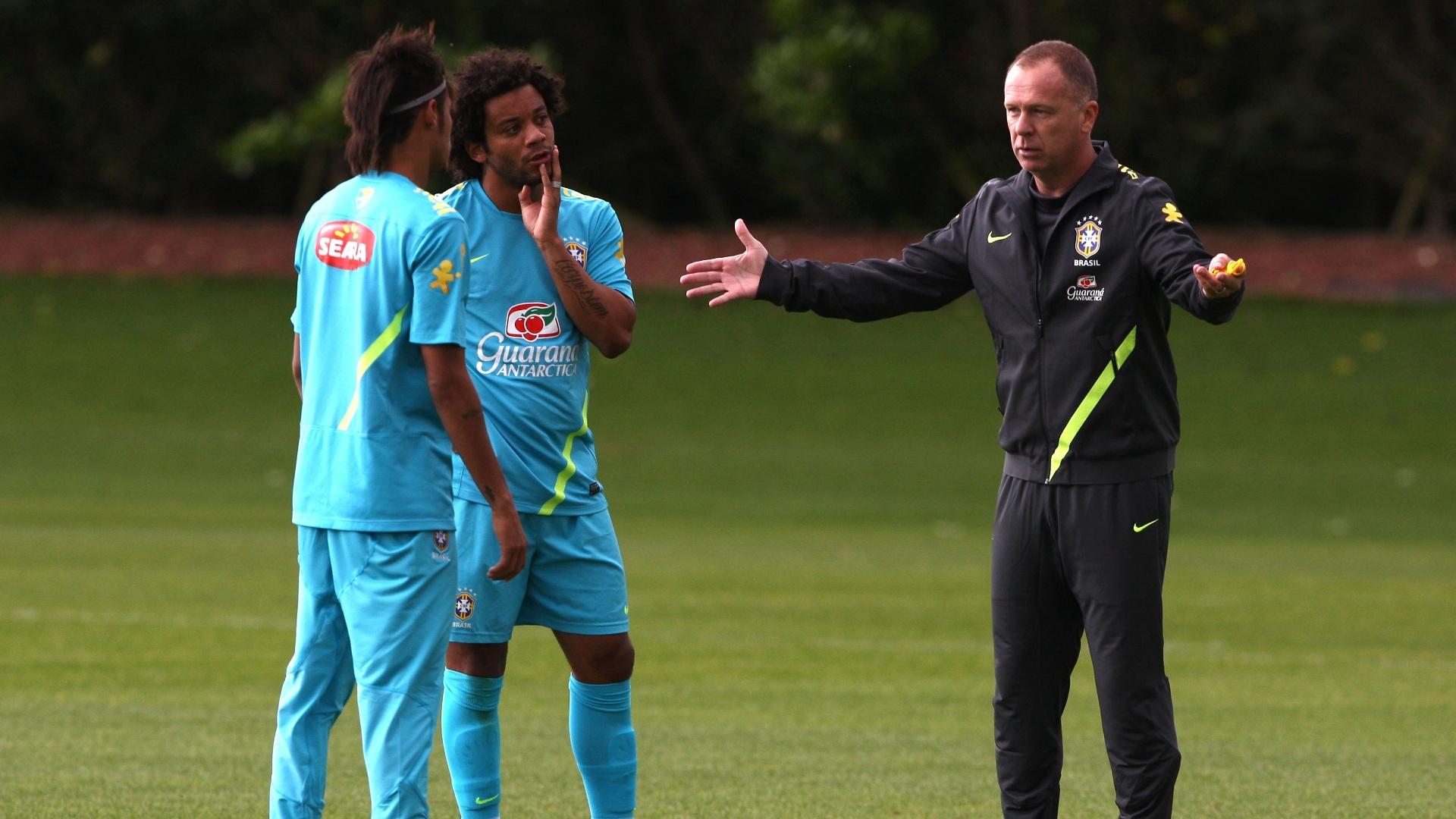 Mano Menezes (dir.) orienta Neymar (esq.) e Marcelo durante treino da seleção no CT do Arsenal