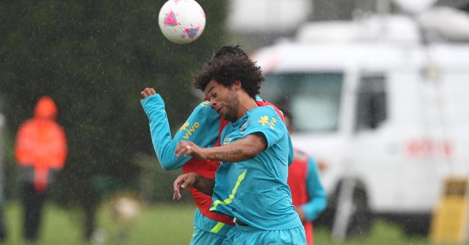 Marcelo disputa bola pelo alto durante treino do Brasil no CT do Arsenal