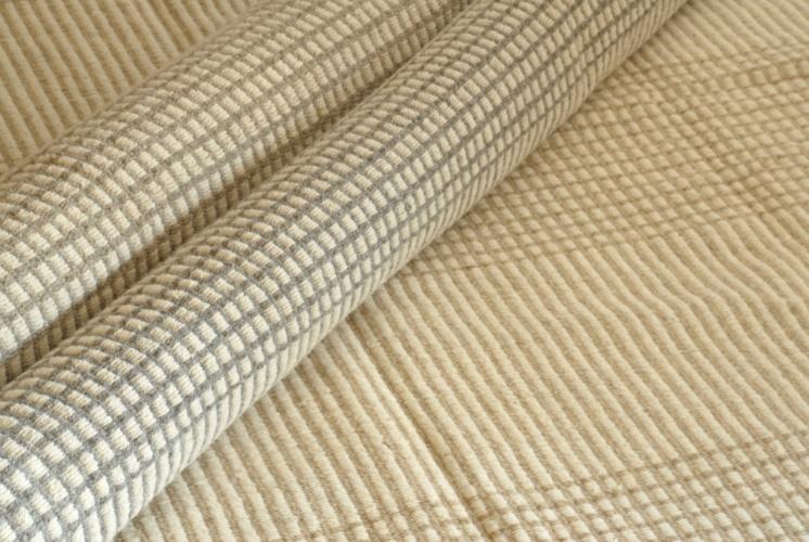 Na By Kamy (www.tapetes.com), o tapete indiano Dhurie Tatu em lã (60%) e algodão (40%) de R$ 294 sai por R$ 196. A peça mede 140 cm por 70 cm e pode ser comprada com desconto até o dia 19 de agosto de 2012