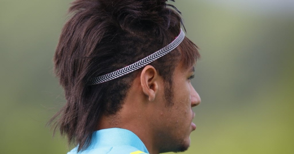 Neymar  visto com novo penteado durante treino na Inglaterra