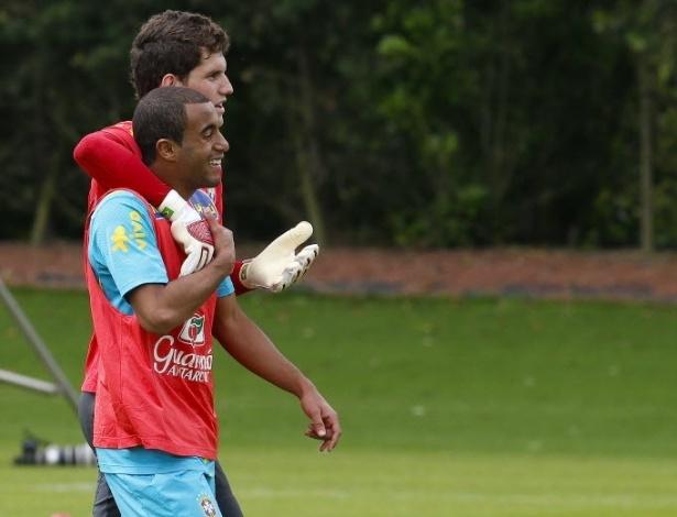 O goleiro Rafael e o meia-atacante Lucas se abraçam durante o treino da seleção brasileira desta quinta-feira