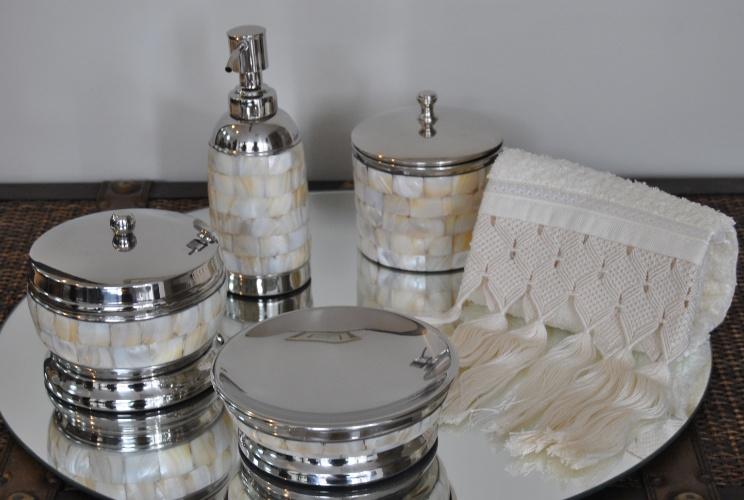 O kit lavabo com seis peças, de madre pérola, está com desconto na Casa Vostra (www.casavostra.com.br). De R$ 863 por R$ 690 até o dia 31 de julho de 2012